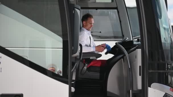 Professzionális buszvezető a tömegközlekedésben védőmaszkot visel, mint a vírusmegelőzés a világjárvány alatt.