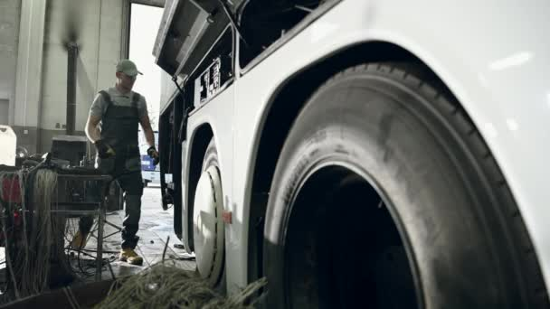Automobilové centrum Muž Mechanik Kontrola a servis autobusu s elektrickou závadou.
