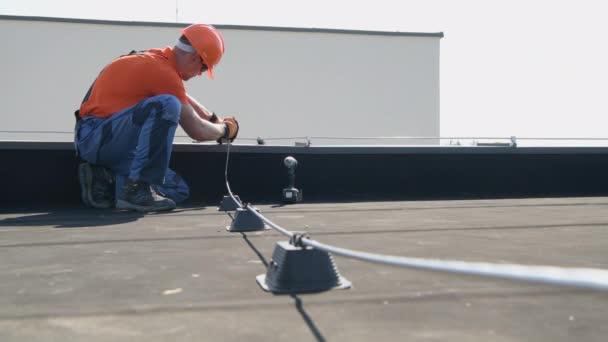 Montáž střechy systému ochrany před blesky podle specialisty na ochranu před blesky.