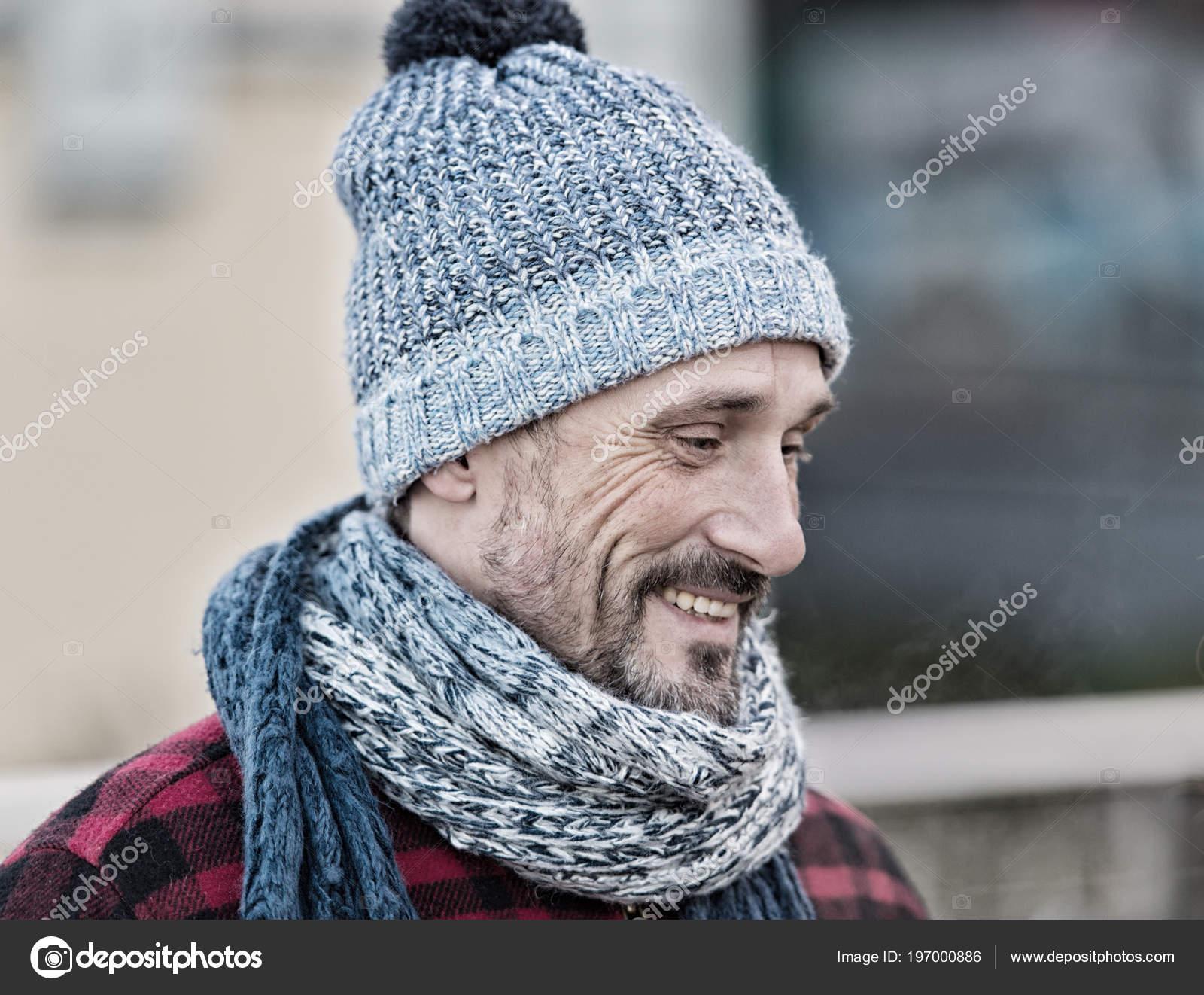 Fiú téli meleg sapka és sál. Portré a mosolygó ember az utcán. Férfi kötött  sál 920124e776