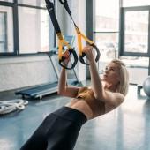 Fotografie Porträt des kaukasischen Sportlerin training mit elastikbänder in Turnhalle