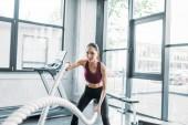 Fotografie Porträt von asiatischen Sportlerin mit Schlacht Seile im Fitness-Studio trainieren