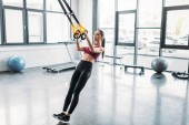 Fotografie asiatische Sportlerin training mit elastikbänder in Turnhalle