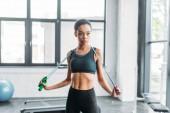 Fotografie Porträt des jungen afroamerikanischen Sportlerin mit Seilspringen in Turnhalle