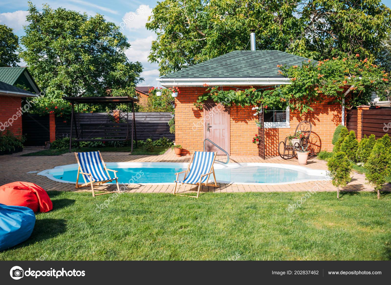 Casa campo con c sped piscina hamacas patio foto de for Fotos casas de campo con piscina