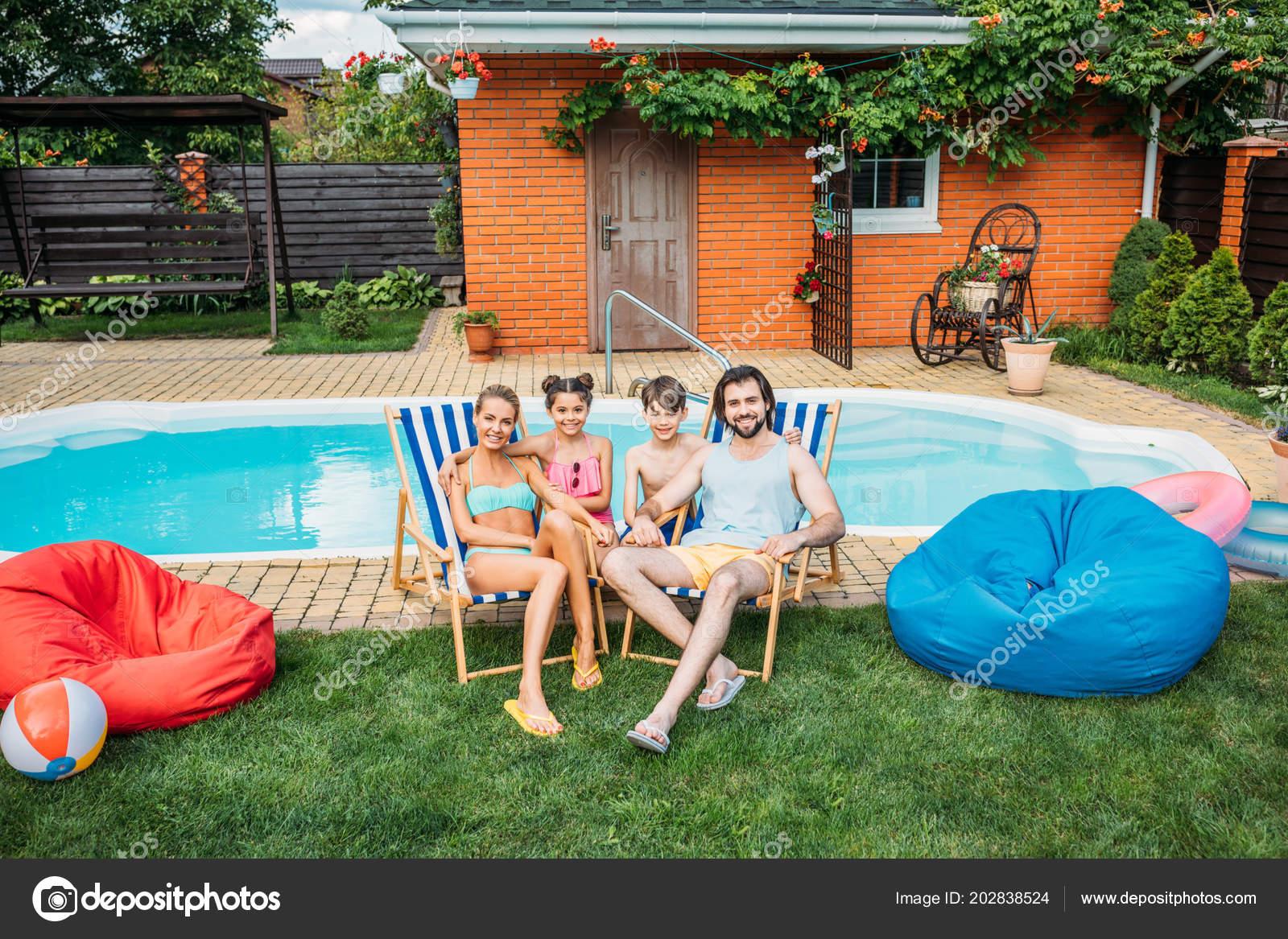 Lächelnde Familie Verbringen Zeit Der Nähe Von Swimming Pool ...