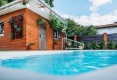 Selektivní fokus bazénu na dvoře domu země