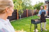 Selektivní fokus páru s grilování na dvorku venkovský dům v letním dni