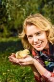 nő a gazdaság imádnivaló sárga baba csaj szabadban portréja