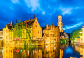 Photo Canal in Bruges and famous Belfry tower in Brugge, Belgium.