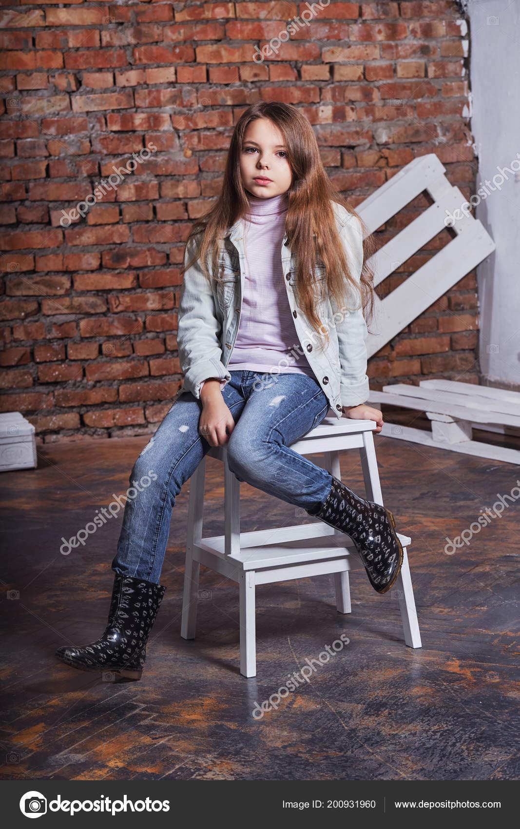 buy online 6c1aa b760b Bambino di modello alla moda. Ritratto ragazza ragazzino ...