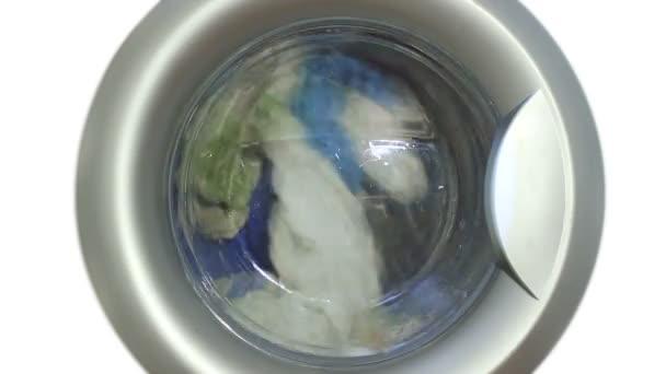 Waschmaschine wäscht Handtücher auf weißem Hintergrund