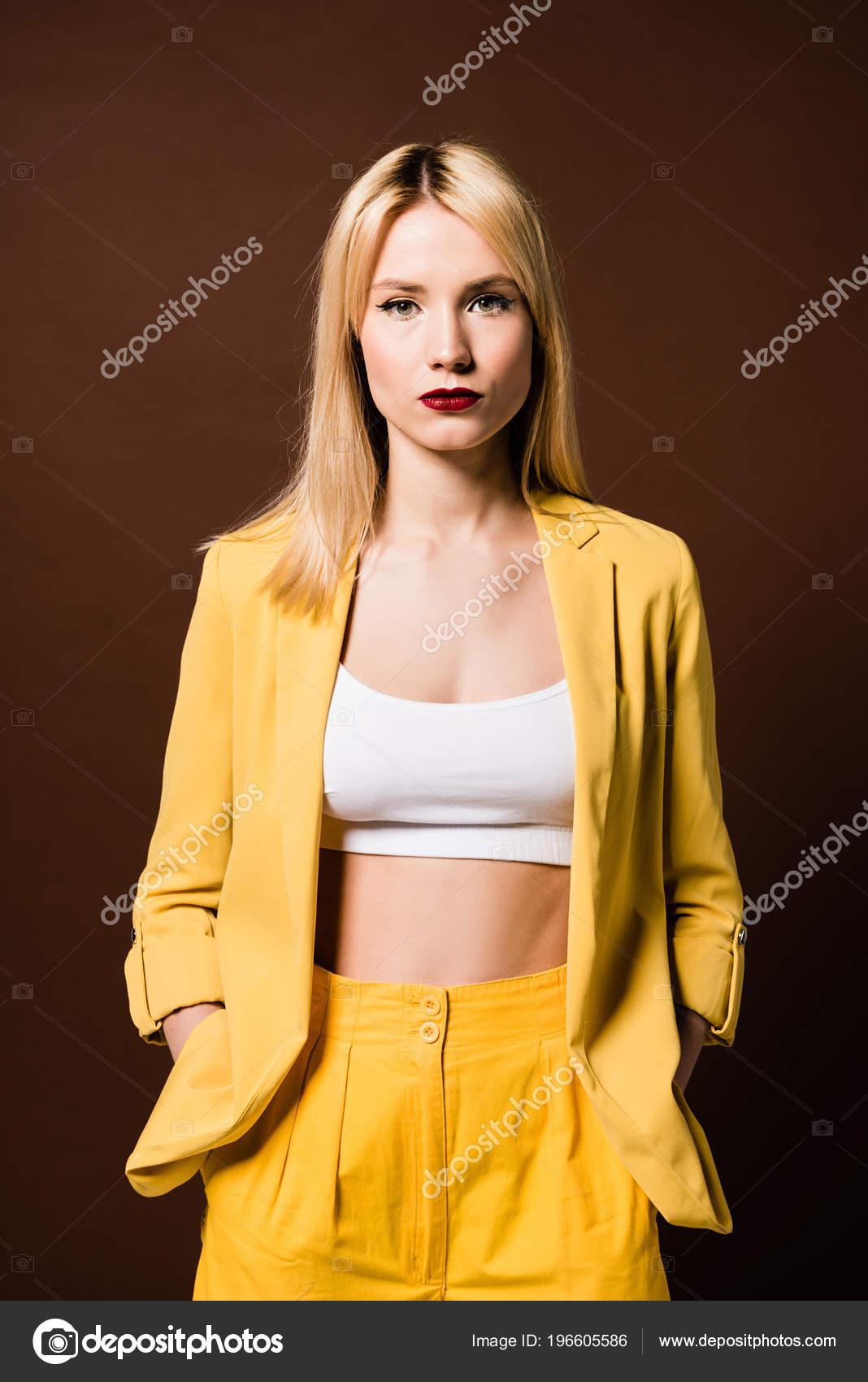 0697c588f25d Retrato Chica Rubia Elegante Ropa Amarilla Pie Con Las Manos — Fotos ...