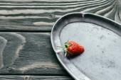 Fotografie Zralé červené jahody na stříbrném podnose na dřevěný stůl