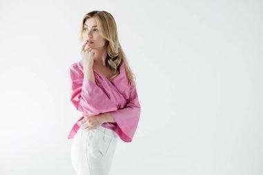 pembe bluz üzerine beyaz izole dalgın çekici kadın portresi