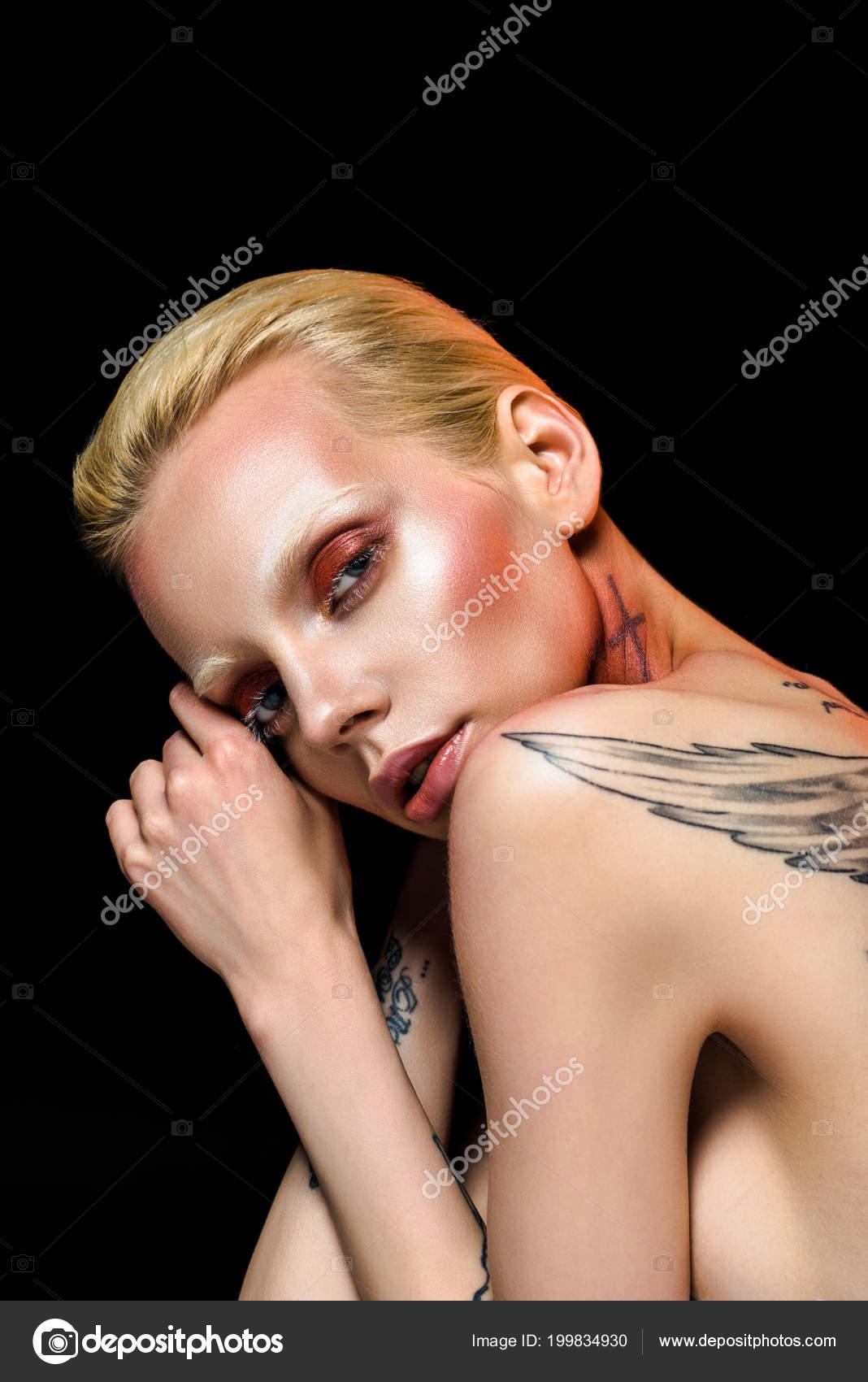 Chica Hermosa Desnuda Con Alas Tatuadas Espalda Aislado Negro Foto