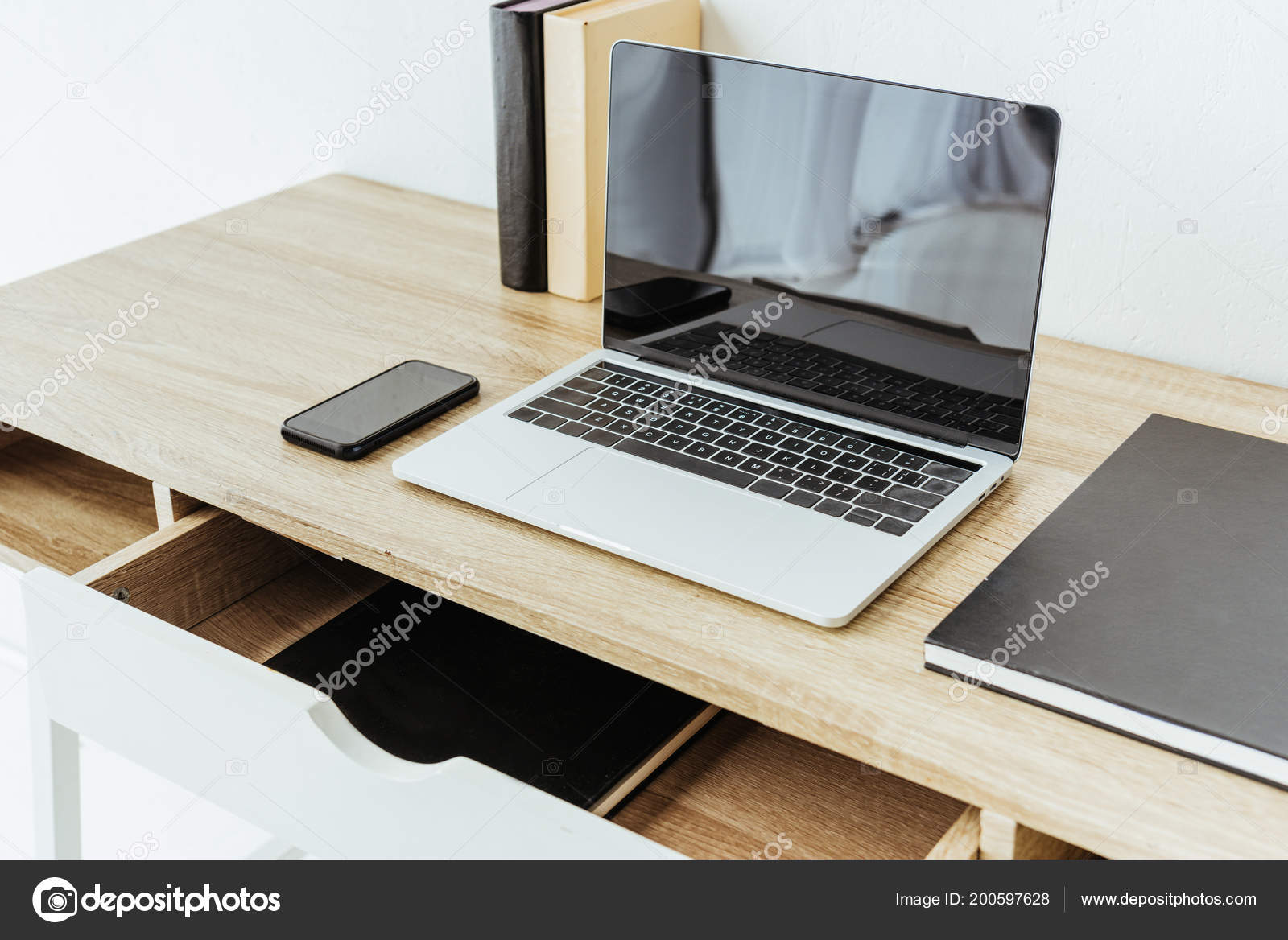 Laptop met smartphone boeken bureau kantoor u stockfoto y