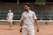 retro stílusú gyaloglás ütő a bíróság teniszező
