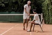 tenisté potřesení rukou na tenisový kurt v retro stylu