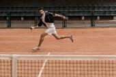 retro stílusú jóképű férfi, teniszezés, teniszpálya