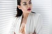 atraktivní elegantní model představuje v módní bílé sako se stíny