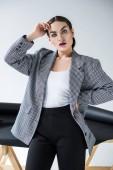 krásná mladá žena pózuje v elegantní retro obleku, Grey
