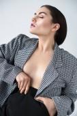 krásné svůdné půl nahá dívka pózuje v retro kabátek, izolované Grey