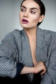 Fotografie atraktivní módní žena pózuje v elegantní retro kabátek, izolované Grey