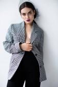 Módní svůdné polovinu nahý model představuje v vintage sako a čistý závoj, Grey