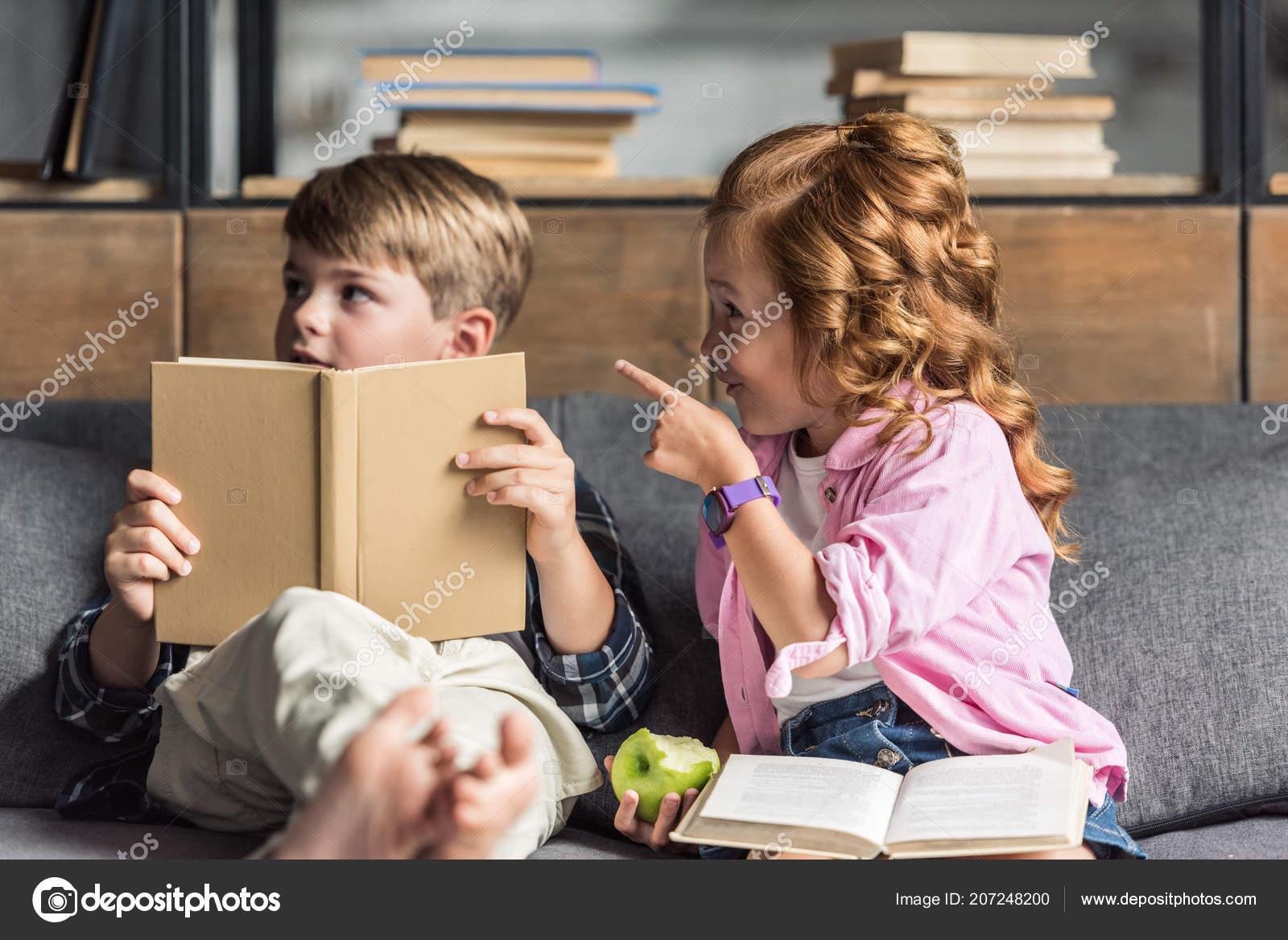Сестра читала книгу а брат начал приставать, Сестра пристаёт к брату -видео. Смотреть Сестра 19 фотография