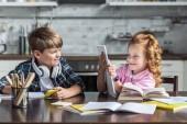 Fotografie verspielte kleine Kinder Hausaufgaben zusammen in der Küche