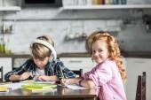 Fotografie entzückende kleine Kinder Hausaufgaben zusammen in der Küche