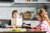 Fotografie kleinen Bruder und Schwester, die Hausaufgaben zusammen in der Küche
