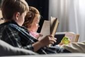 Fotografie kleinen Bruder und Schwester lesen Bücher auf couch zu Hause