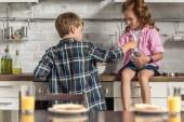 Fotografie kleinen Bruder und Schwester Kochen Frühstück zusammen morgen