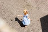 Fényképek Vöröshajú nő a város utcai tánc Szalmakalapot hátsó nézet