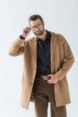 Fotografia uomo alla moda bello in occhiali alla moda, isolato su bianco