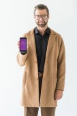 pohledný muž představí smartphone s instagram spotřebiče, izolované na bílém