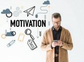 Fotografie gut aussehend Entwickler in braunen Mantel mit Smartphone, isoliert auf weiss mit Seo-Motivation-Symbole