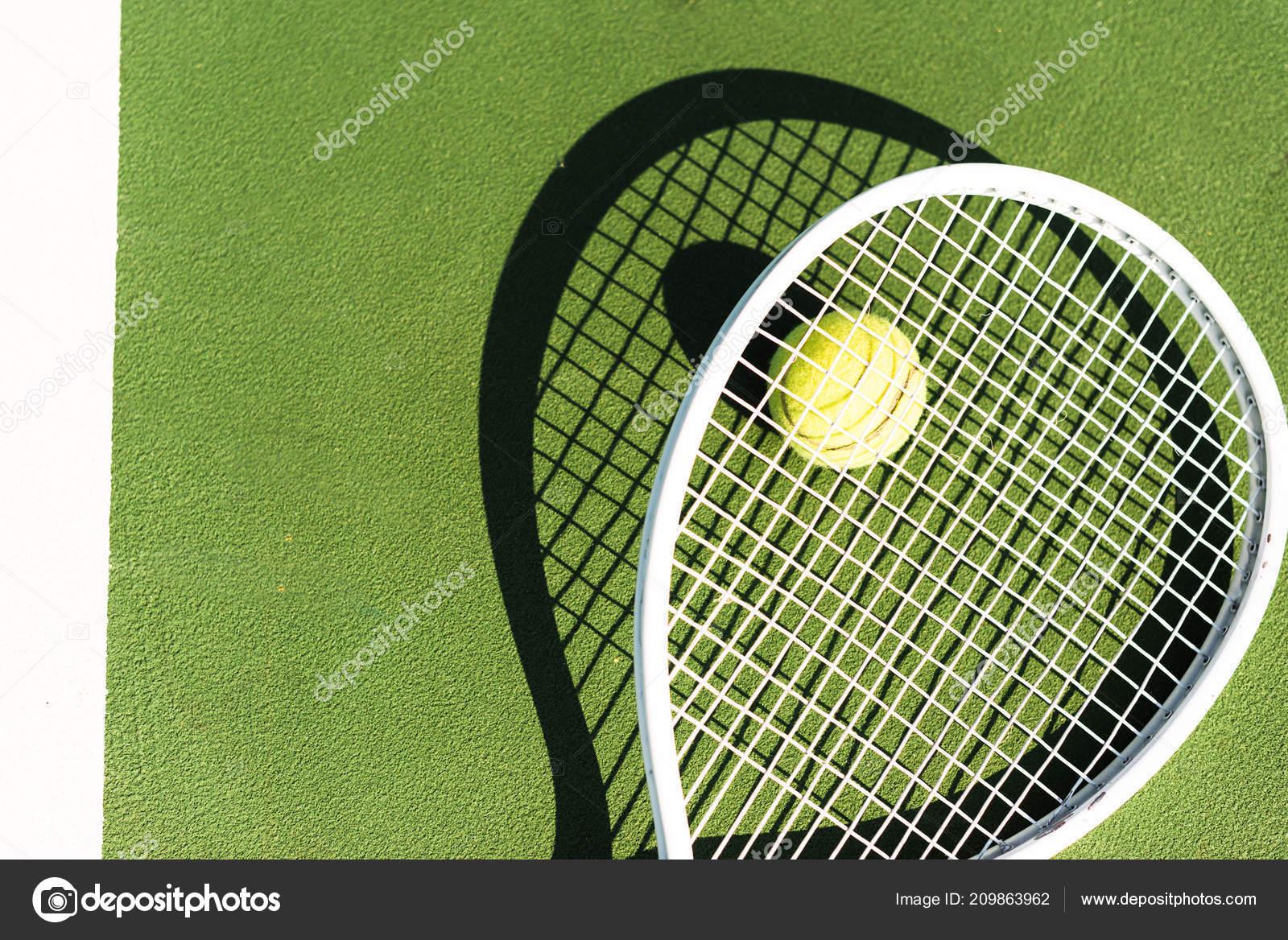ef8d7b1a032 Pohled shora tenisovou raketu a míček leží na zelený tenisový kurt– stock  obrázky