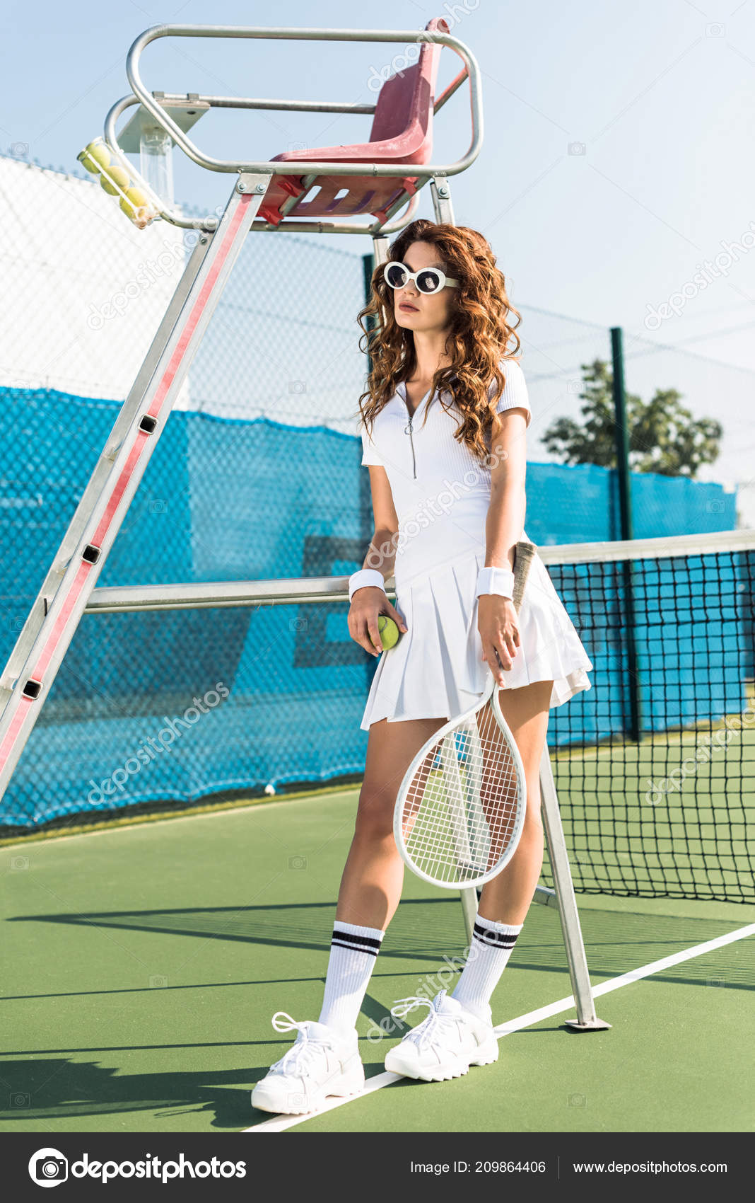 fd47fa6f7d6 Fashionable Woman White Tennis Uniform Sunglasses Racket Ball Leaning  Referee — Stock Photo
