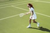 Fotografie mladá tenistka v sluneční brýle hrát tenis na kurtu