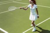 krásná žena na bílý sportovní a sluneční brýle, hrát tenis na kurtu
