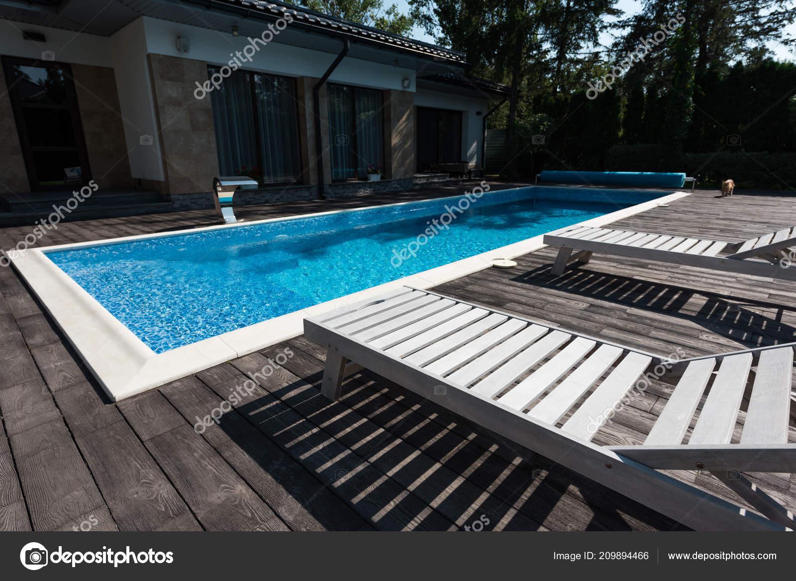 Zwembad In Huis : Uitzicht huis exterieur zwembad met ligbedden u stockfoto y