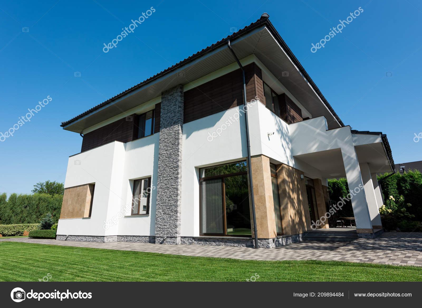 Vue Extérieure Une Maison Moderne Avec Pelouse Verte — Photographie ...