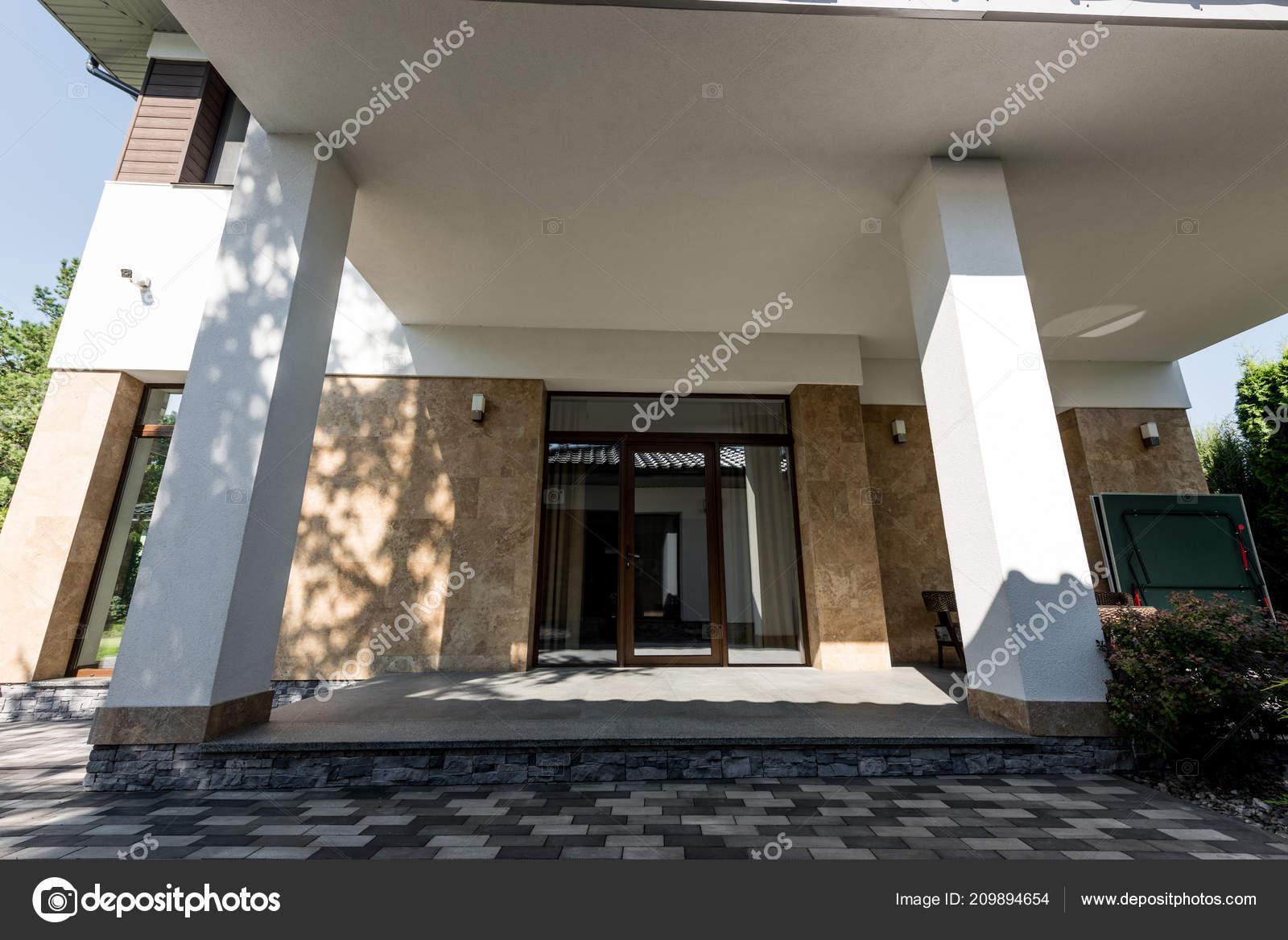 Gevel weergave van nieuwe moderne huis u2014 stockfoto © y boychenko
