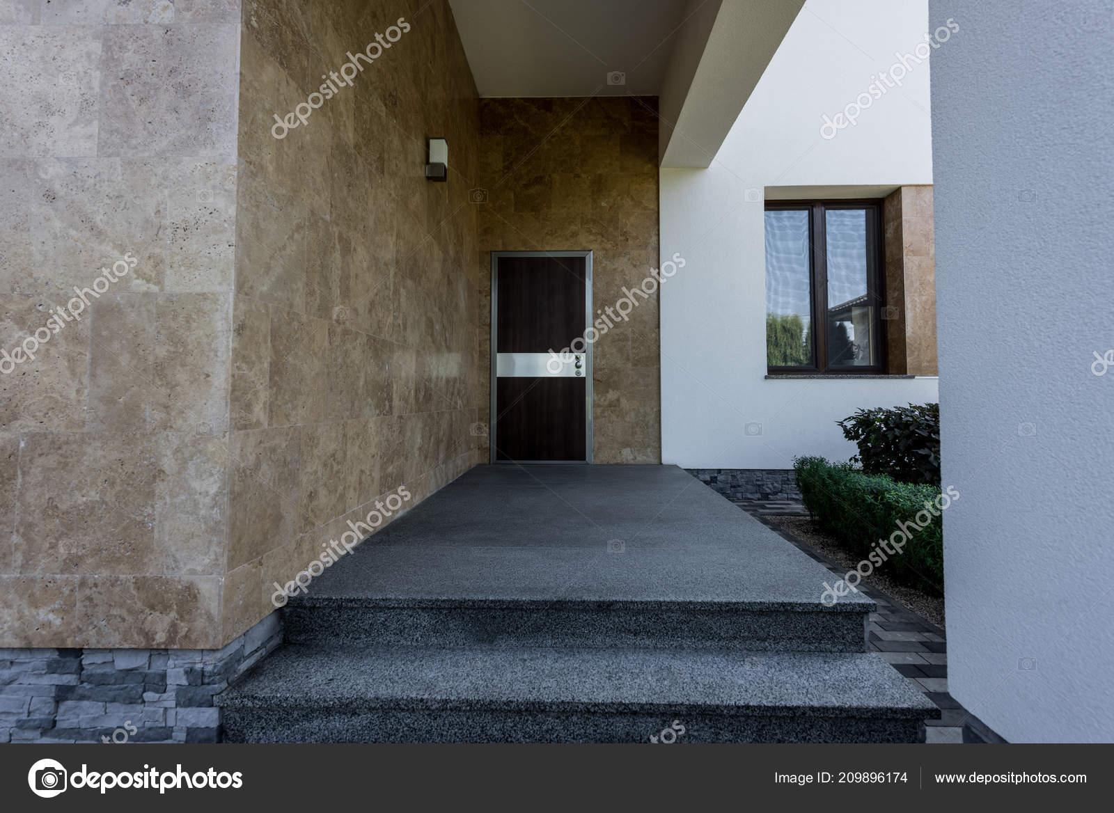 Porte Entrée Maison Contemporaine Neuve — Photographie Y-Boychenko ...