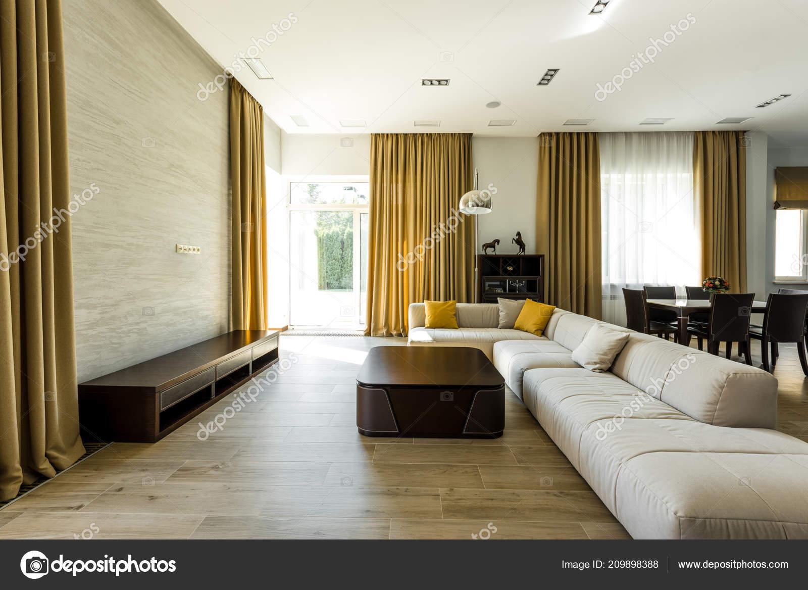 Interieur van lege moderne woonkamer met sofa lamp u stockfoto y