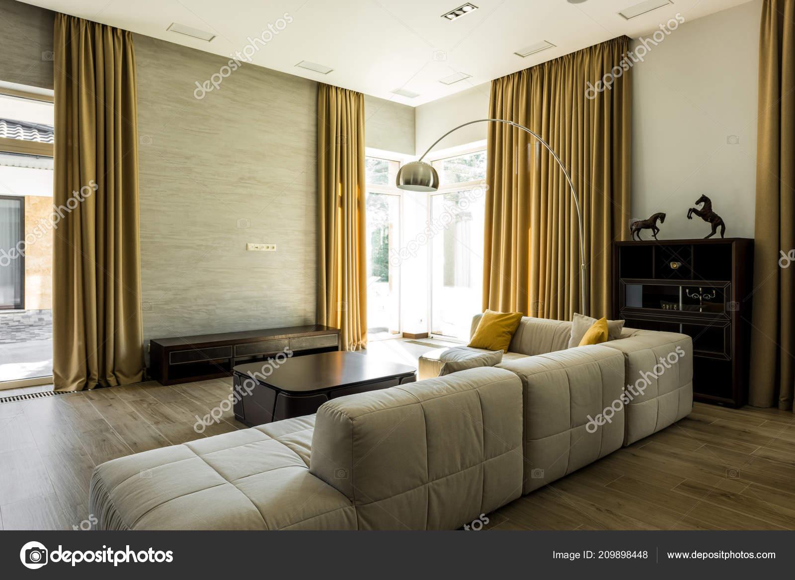 interieur van lege moderne woonkamer met sofa en grote ramen met de gordijnen foto van y boychenko
