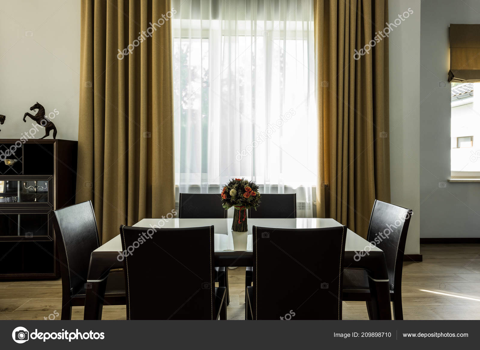 Vista All Interno Dell Elegante Sala Pranzo Con Tavolo Sedie ...